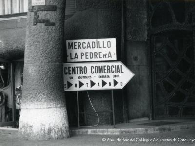 Author: unknown. Shopping centre inside Casa Milà. Barcelona, ca.1976. Collection: Col·leccions. Arxiu Històric del Col·legi d'Arquitectes de Catalunya.