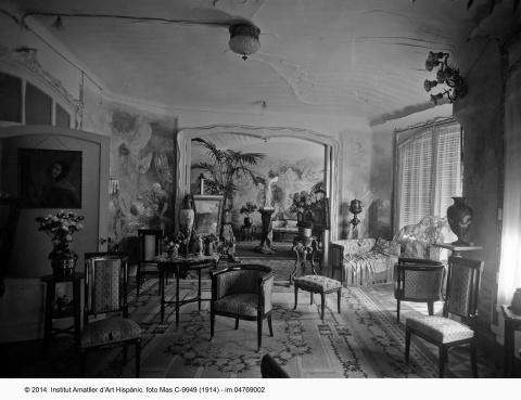 """""""Gache apartment"""" lounge.  © Fundació Institut Amatller d'Hispanic Art. Arxiu Mas. 1914."""