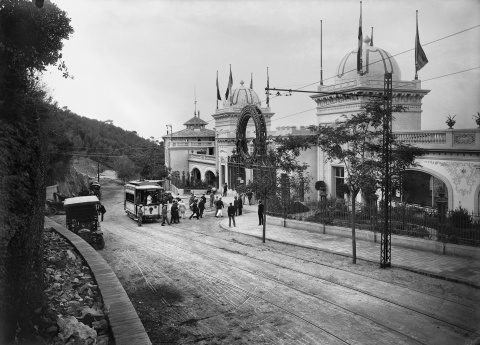 Pasajeros bajando de un tranvía parado ante la entrada principal del Gran Casino de la Rabassada. Col. Roisin / Institut d'Estudis Fotogràfics de Catalunya