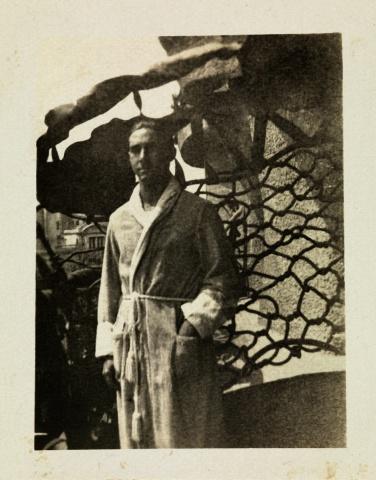 L'avi Ninus Baladia al balcó del pis de La Pedrera l'any 1920. La foto li va fer l'àvia quan festejaven. Tot i que l'avi duu un barnús, habitualment no vivia aquí. Eren una parella moderna i ell s'estava a la casa de la família d'ella, a la finca dels Llorach, a Sant Gervasi.