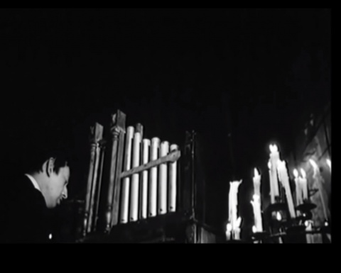 "Serge Gainsbourg interpretant la cançó ""Bye Bye Mister Spy""."