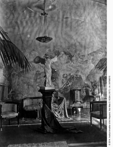 "Lounge of the ""Gache apartment"" dominated by the reproduction of the Niké of Samothrace. ©Fundació Institut Amatller d'Art Hispànic. Arxiu Mas. 1914."