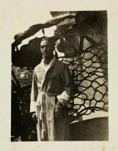 El abuelo Ninus Baladia en el balcón del piso de La Pedrera el año 1920. La foto se la hizo la abuela cuando eran novios. Aunque el abuelo lleva un albornoz, habitualmente no vivía aquí. Eran una pareja moderna y él vivía en casa de la familia de ella, en la finca de los Llorach, en Sant Gervasi. © Archivo Baladia