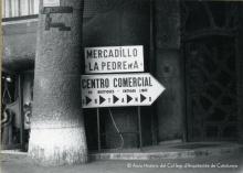 Autor: desconegut. Centre comercial a l'interior de la Casa Milà. Barcelona, ca.1976. Fons: Col·leccions. Arxiu Històric del Col·legi d'Arquitectes de Catalunya.